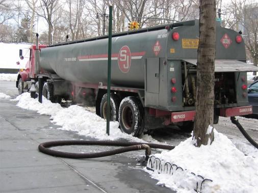 Olajszállító autó New Yorkban: Tankolják a házat